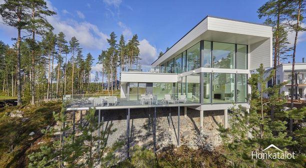 Arkkitehti Janne Kanteen suunnittelemassa talossa kaikki järvenpuoleiset seinät ovat lasia.