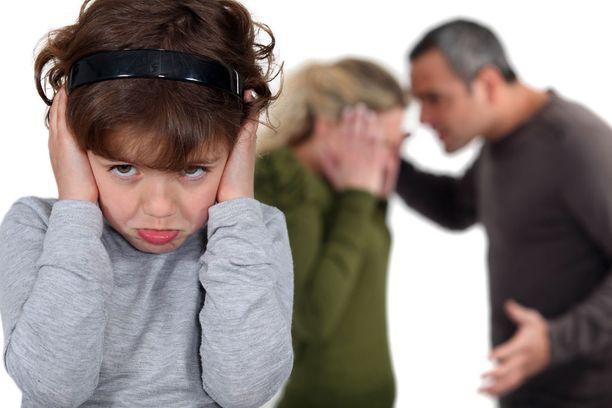 Vaikka lapsi näyttäisi erotilanteessa tyyneltä, sisällä voi myrskytä.