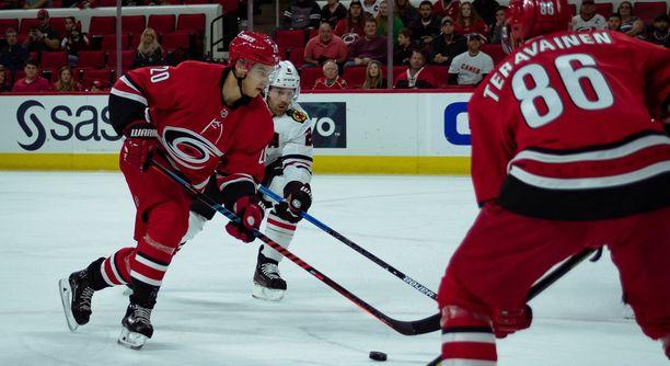 Carolina Hurricanesin Sebastian Aho (20) ja Teuvo Teräväinen ovat muiden NHL-pelaajien tavoin nyt vapaita matkustamaan kotimaahansa.