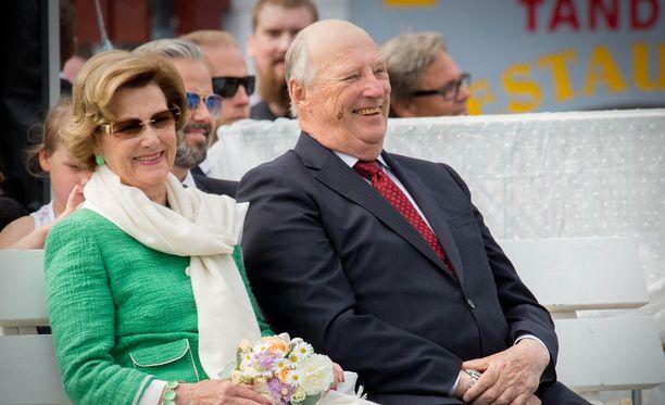 Kuningas Harald ja kuningatar Sonja saapuvat Suomeen.