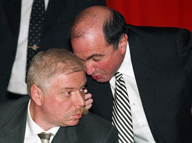 Nikolai Glushkov epäili olevansa samalla listalla, kuin vuonna 1999 otetussa kuvassa näkyvät Boris Berezovski (oik.) ja Badri Patarkatsishvili. He kuolivat vuosina 2013 ja 2008.