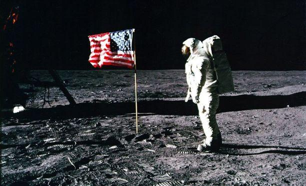 NASA:n julkaisemassa kuvassa astronautti Buzz Aldrin ja kuussa jököttävä tähti- ja raitalippu.