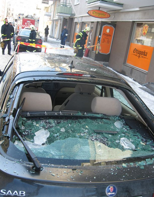 Katolta pudonnut jääkimpale tuhosi auton takaikkunan Kuopiossa.