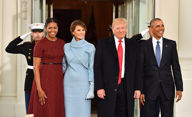 TRump vaimoineen on saapunut Valkoiseen taloon, jossa he tapasivat edellisen presidenttiparin.