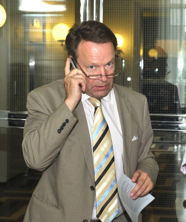 Ilkka Kanerva (kok) kertoo huomanneensa puhelimessaan outoja sivuääniä.