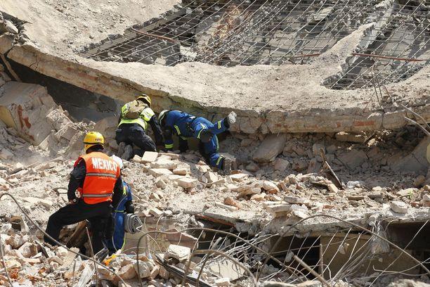 Uhreja kaivellaan edelleen talojen raunioista.