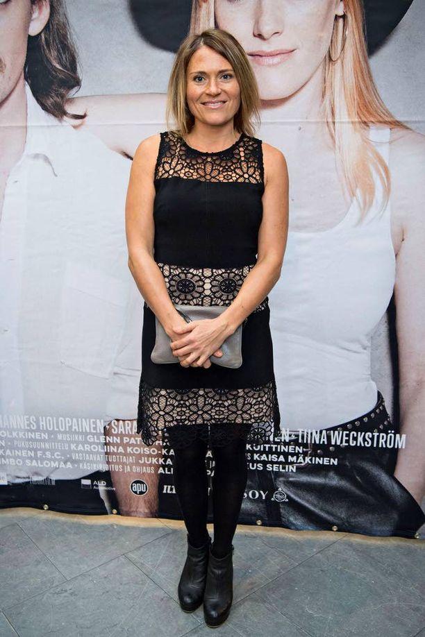 Inka Kallén saapui näytökseen nätissä mustassa mekossa.