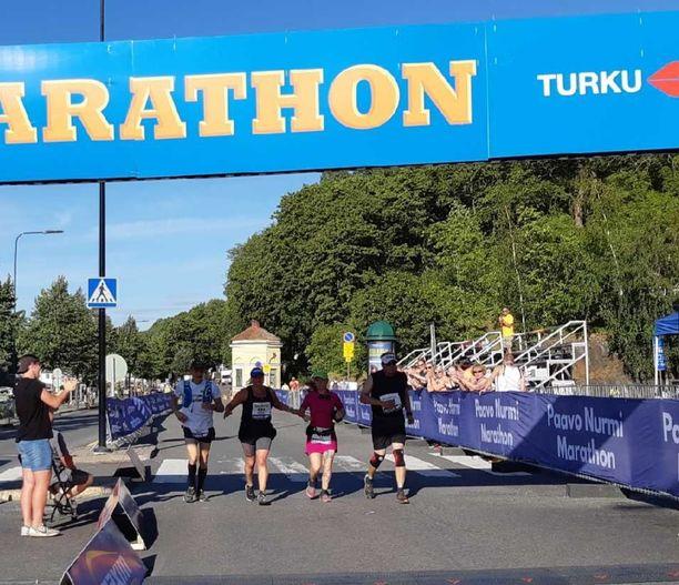 Hanna Maaria oli päässyt lihomaan 96-kiloiseksi ja oli huonossa kunnossa fyysisesti. Tässä kuvassa hän saapuu maaliin Paavo Nurmi Marathonissa viime elokuussa tehtyään ankaran elämänremontin.