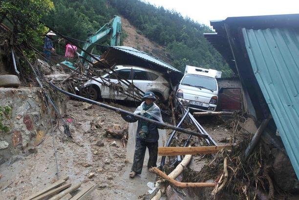 Pelastajat työskentelivät tuhoalueella Lai Chaussa maanantaina.