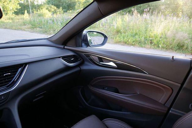 Sisustus on tyylikäs ja kori linjakas. Näkyvyys ulos leveän auton pienistä sivuikkunoista on kuitenkin rajoittunut.