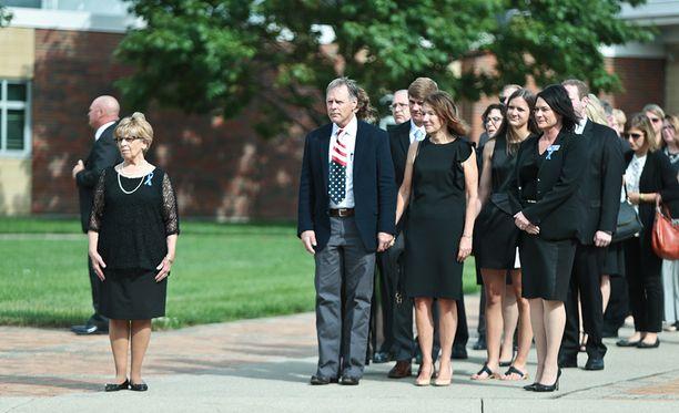 Oton vanhemmat Fred ja Cindy Warmbier (keskellä) poikansa hautajaisissa.