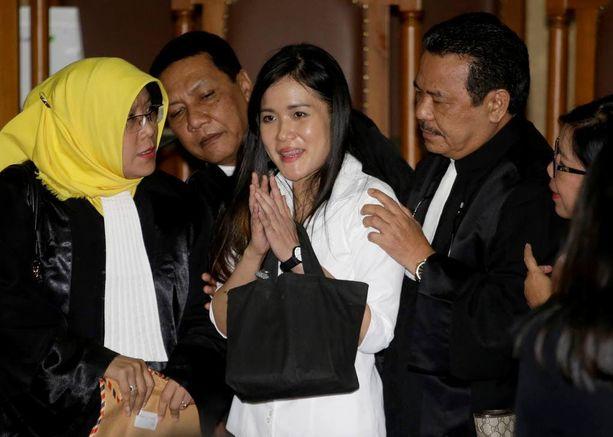 Jessica Kumala Wongso kuvattiin asianajajiensa ympäröimänä Jakartassa tänään.