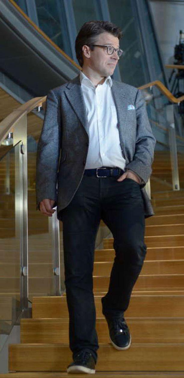 Ville Niinistö saapui vaalivalvojaisista pikkuparlamenttiin tyytyväisenä.
