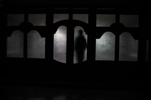 Suomalaisten vainajakokemuksissa kuollut voi koputtaa oveen, vierailla unessa tai lohduttaa kosketuksella. Suurin osa kokemuksista on koettu tutkimuksen mukaan myönteisinä.