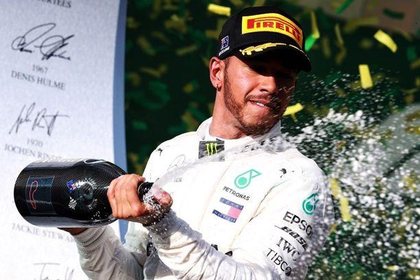 Lewis Hamilton suihkutteli kakkospallilla Australiassa, vaikka kaikki pitivät Mercedestä selvästi viikonlopun parhaana autona.
