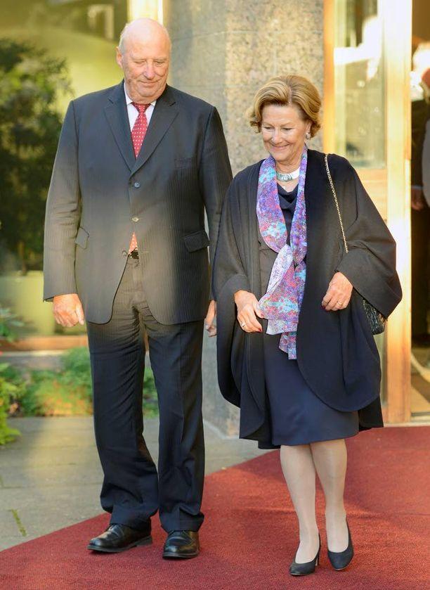Kuningas Harald V ja kuningatar Sonja perehtyvät Suomessa talouselämän ja terveysalan ajankohtaisuuksiin. Kuningaspari ikuistettiin maanantaina Suomessa.