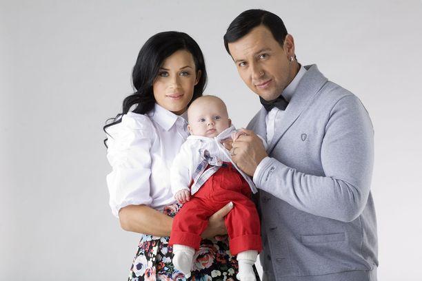 Martina Aitolehti ja Esko Eerikäinen ovat ylpeitä vanhempia. Kuva vuodelta 2010.