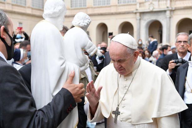 Paavi tervehti eilen vatikaanissa vierailevaa yleisöä.