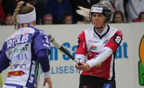 Tampereen Petra Hussa lyö Lapuan lukkarin Elli Katteluksen syöttöön ja osuu palloon, vaikka kuvan perusteella sitä ei uskoisi. Lyöntisuunta on oikealle.