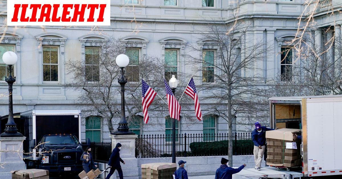 Washingtonin: muuttajat kantoivat laatikoita Valkoiseen taloon ja ulos...