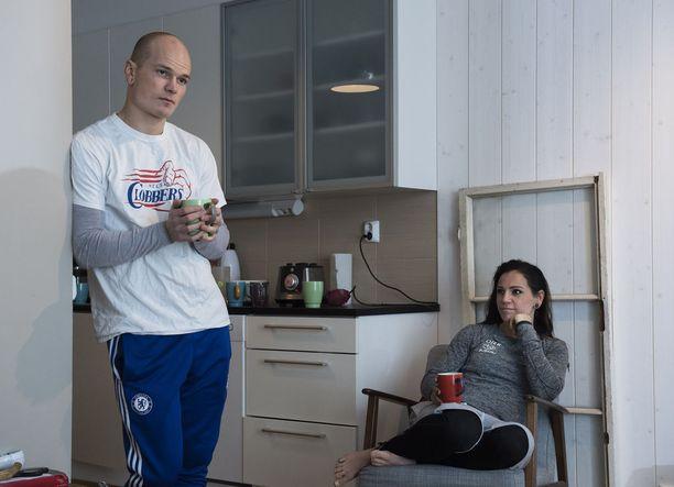 Niklas Räsänen ja Eva Wahlström kertovat, että nyrkkeilijän arjesta irrottautumista helpottaa laaja ystäväpiiri urheilun ulkopuolelta.