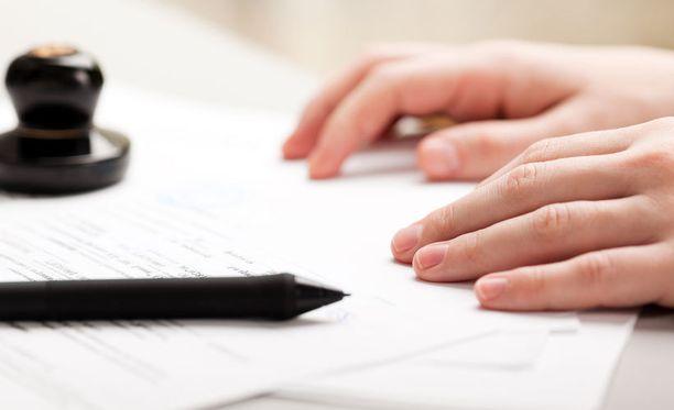 Työnantaja vaati 18-vuotiasta kirjoittamaan työsopimuksen välittömästi.