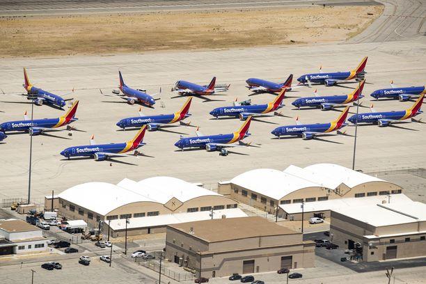 Southwest Airlinesin Boeing 737 Max -koneet parkissa Kaliforniassa. Koneet ovat olleet lentokiellossa jo lähes vuoden.