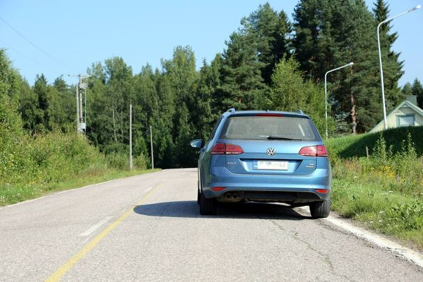 Kielletty: Tietyypistä riippumatta ohituksen estävän keltaisen viivan ja auton välin pitää olla vähintään kolme metriä.
