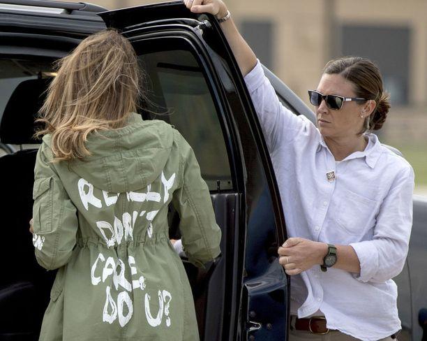 Melania Trump käytti erikoista takkia saapuessaan kesäkuussa Andrewsin lentotukikohtaan Marylandissa matkustaakseen Meksikon rajalle tapaamaan vanhemmistaan erotettuja siirtolaislapsia.