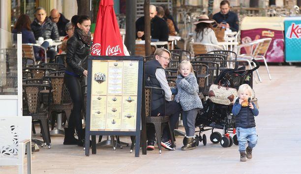 Luistelun lomassa perhe herkutteli kotikaupunkinsa kadulla kahvilassa.