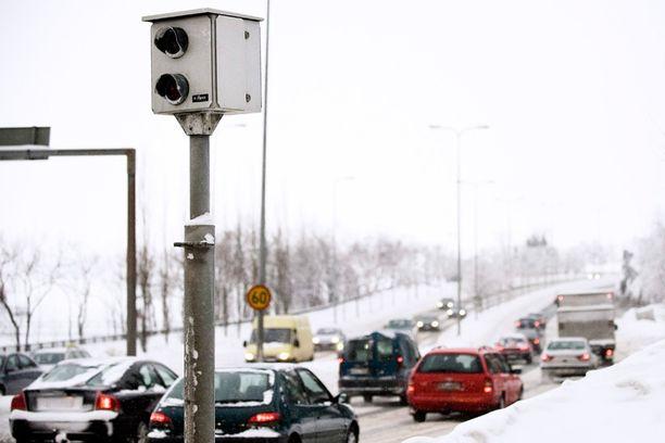 Yksi liikennekamera maksaa noin 35 000 euroa, joten kaikkien valvontatolppien varustaminen kameroilla ei ole mahdollista.