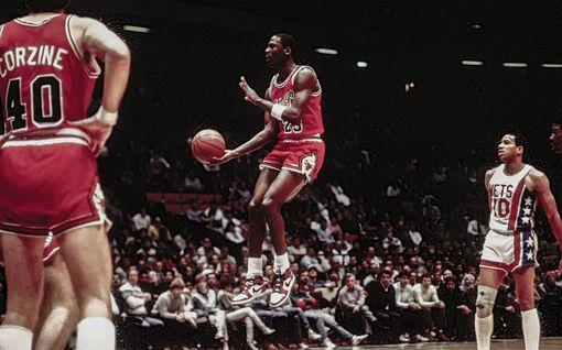 Nyt on tossuilla hintaa – Michael Jordanin 35 vuotta sitten käyttämät kengät huutokaupattiin huimalla summalla