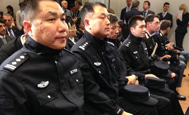 Kaikki neljä kiinalaispoliisia puhuvat italiaa.