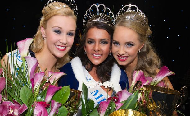 Oikealla ensimmäinen perintöprinsessa Sabina Särkkä, keskellä Miss Suomi Sara Chafak ja vasemmalla toinen perintöprinsessa Viivi Suominen.