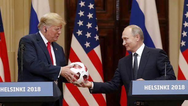 Yhdysvaltojen presidentti Donald Trump kohtasi Venäjän presidentti Vladimir Putinin Helsingissä heinäkuussa. Presidentinlinnassa Putin antoi Trumpille lahjaksi juuri päättyneiden jalkapallon MM-kisojen kisapallon.