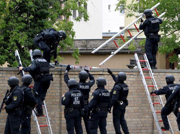 Poliisit turvasivat synagogan ympäristön ja hautausmaan keskiviikkona.