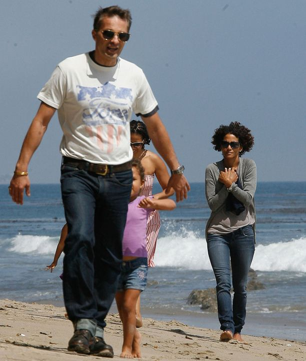 Halle kuvattiin rannalla tyttärensä ja miesystävänsä Olivier Martinezin kanssa.