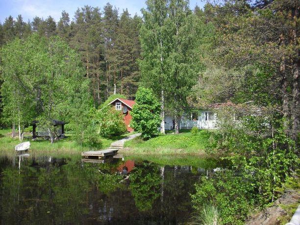 Savonlinnassa rantatontilla sijaitseva omakotitalo on rakennettu 1920-luvulla ja peruskorjattu vuonna 2007.