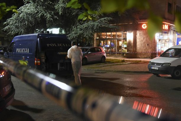Poliisi tutki Podgoricassa rikospaikkaa, jossa Lakicia ammuttiin noin yhdeksän aikaan tiistai-iltana.