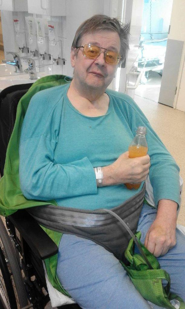 70-vuotias Kaj Winberg pyörätuoleineen ei mahdu tavallisen henkilöauton kyytiin.