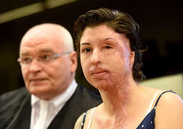 Vanessa Münstermann asianajajansa Matthias Waldraffin vieressä oikeudessa elokuussa 2016.