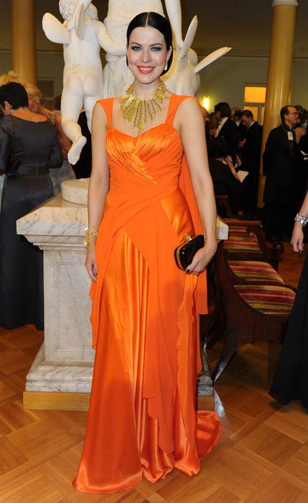 Jenni Vartiainen edusti kirkkaassa värissä vuonna 2011. Hehkuva oranssi oli täydellinen valinta.