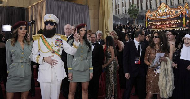 Sasha Baron Cohen saapui gaalaan diktaattorihahmossaan.