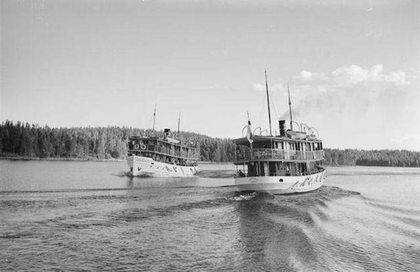 Höyrylaivat Leppävirta I ja Leppävirta II ohittavat toisensa Leppävirran reitillä Saimaalla. Kuva vuodelta 1936.