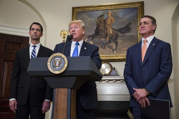 Trump antoi eilen tukensa republikaanien Tom Cottonin ja David Perduen maahanmuuttouudistukselle.