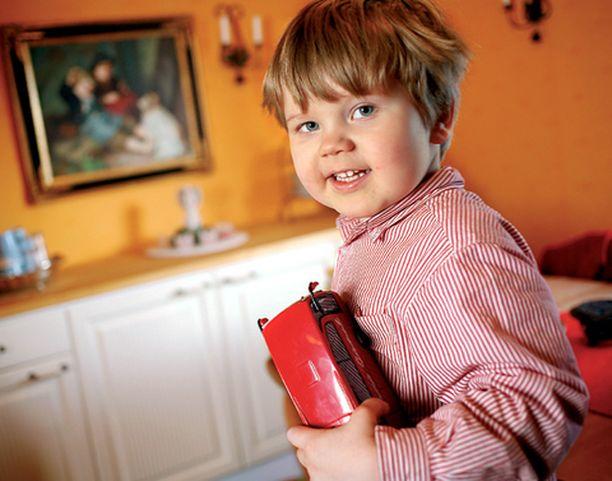 Kolmivuotias Elias on merkki elämän jatkumisesta. Hänelle on kerrottu avoimeesti isoveljestä.