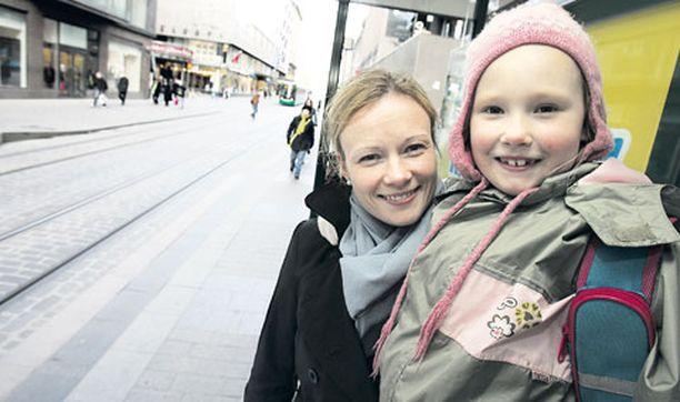 KAUKOMAILLA Kira Hilli otti omaa lomaa koulusta joulun aikaan. Ekaluokkalainen matkusti lomalle äitinsä Marja Nikkonen-Hillin ja muun perheensä kanssa.