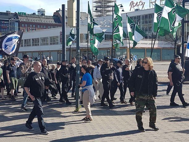 Mielenosoituksessa kannettiin natsistisen Pohjoismaisen vastarintaliikkeen lippuja.