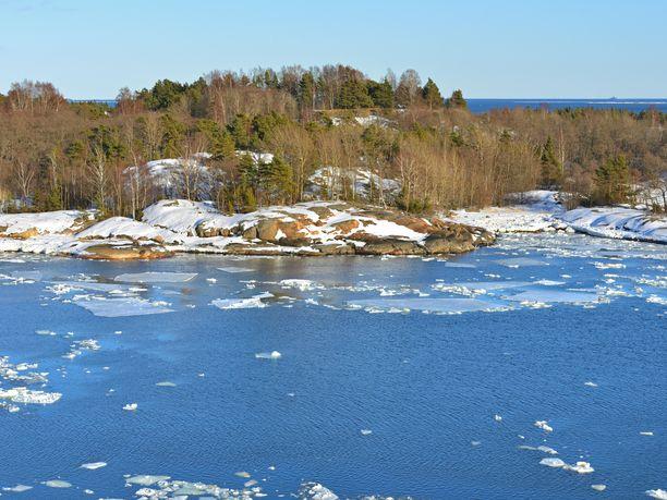 Helsingin saaristo kuvattuna vapautuvasta jäästä 26. maaliskuuta 2018. Auringon voima alkaa tällä viikolla sulattaa etelässä pikku hiljaa lunta ja jäätä.