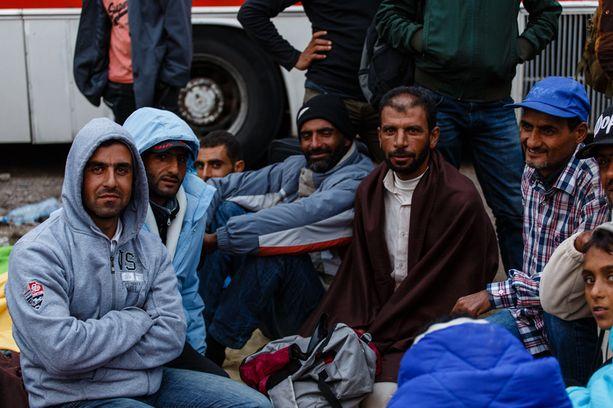Saker, Rafid ja muut syyrialaiset odottavat pakolaisleirin ulkopuolella pääsyä sisälle leiriin.